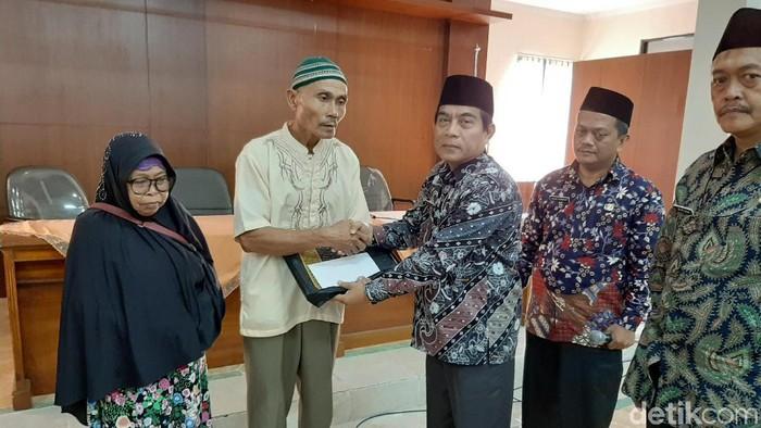 Saepudin (57) dan Ani (70) mendapat bantuan berupa uang saku dari Kemenag Kabupaten Tasikmalaya. (Foto: Deden Rahadian/detikcom)