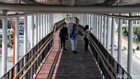 Sejumlah jurnalis melintas di atas skybridge di Stasiun LRT Velodrome, Jakarta Timur.