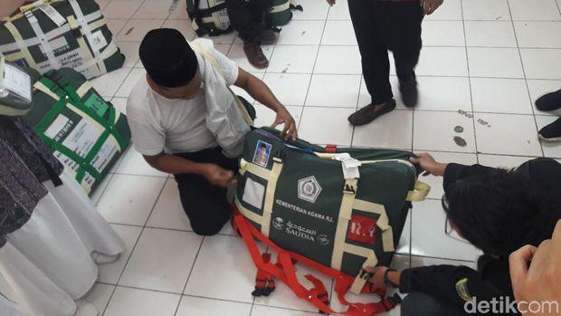 Petugas mengecek koper calon jemaah haji