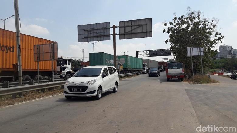 Jalan KH Noer Ali atau Jalan Kalimalang, Bekasi. Foto: Isal Mawardi/detikcom