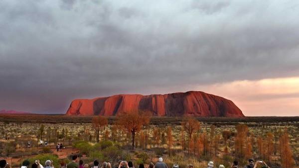 Sementara itu, Australia diwakillkan oleh Uluru. (ABC Australia)