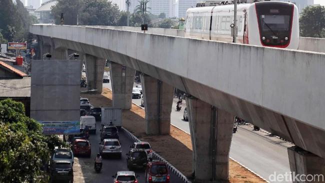 Setahun Digratiskan Anies, Naik LRT Jakarta Mulai Berbayar Bulan Depan