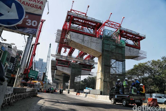 Sejumlah kendaraan melintas di area proyek ruas tol dalam kota di Kelapa Gading, Jakarta Utara, Kamis (11/7).