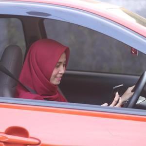 Kisah Inspiratif Rizky Driver Taksi Online yang Lulus Kuliah Cumlaude