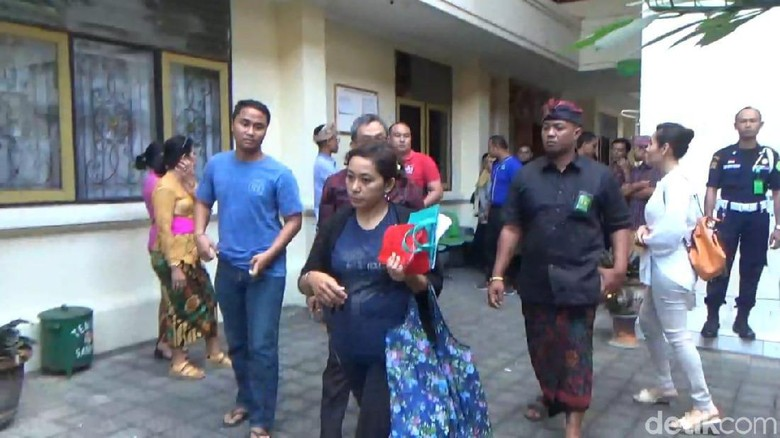 Emak-emak Nekat Nyopet Duit Pengunjung Sidang di PN Denpasar Bali