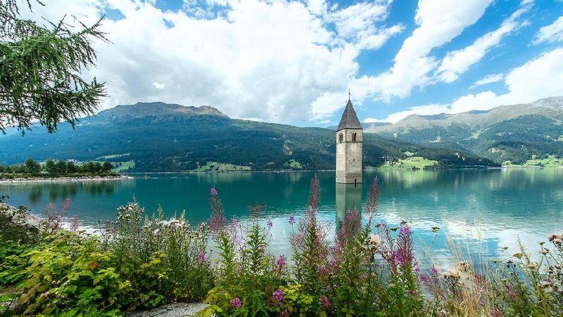 Namanya Danau Resia, danau yang berada di Tyrol Selatan, Italia. (iStock)