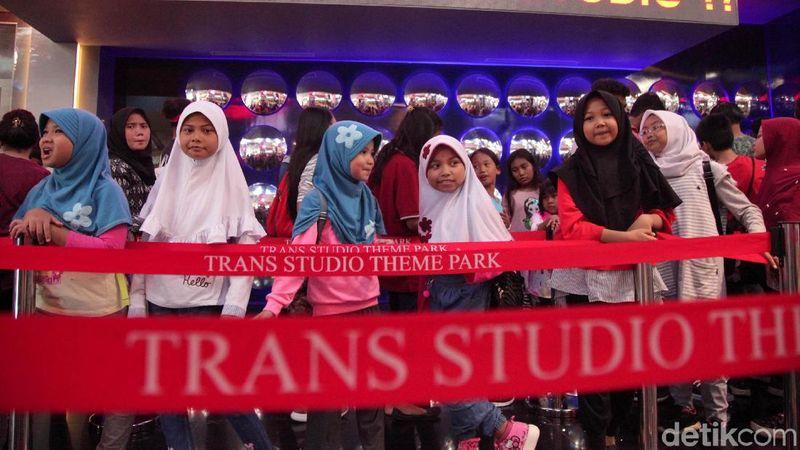 Sebanyak 1.029 anak yatim piatu menjadi tamu pertama Trans Studio Theme Park Cibubur (Lamhot Aritonang/detikcom)