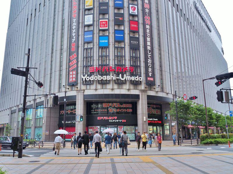 Inilah tampak depan Yodobashi Camera di Osaka, Jepang. Kalian bisa berbelanja macam-macam di sini, dari kamera hingga mainan. (iStock)