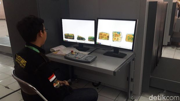 Petugas mengecek barang bawaan calon jemaah haji menggunakan x-ray