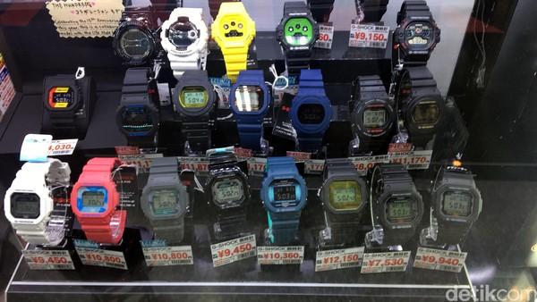 Aneka koleksi jam G-Shock. Ingin mencari produk fashion? pengunjung bisa menemukannya di lantai 5-7. Mau kulineran? ada ramen hingga sushi di lantai 8. (Dana/detikcom)