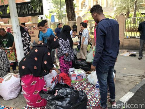 Pencari Suaka di Trotoar Kebon Sirih Diangkut Pakai Bus ke Kalideres