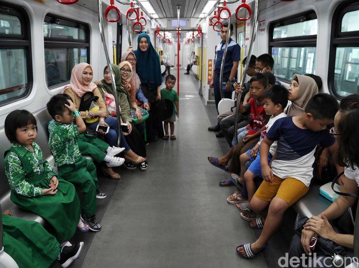 Sejumlah warga menjajal menaiki LRT Jakarta dari Stasiun Velodrome-Stasiun Boulevard Utara, Kamis (11/7/2019).