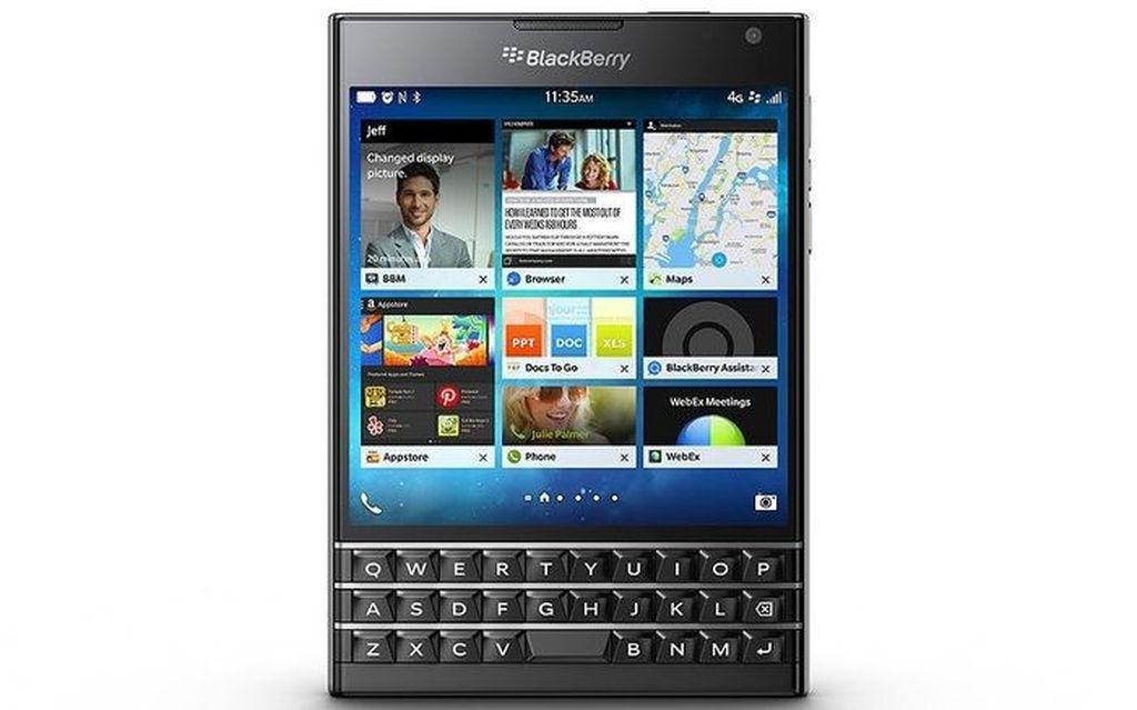 BlackBerry Passport ini termasuk ponsel flagship dengan bentuk kotak aneh serta keyboard memanjang di bawahnya. Foto: Telegraph