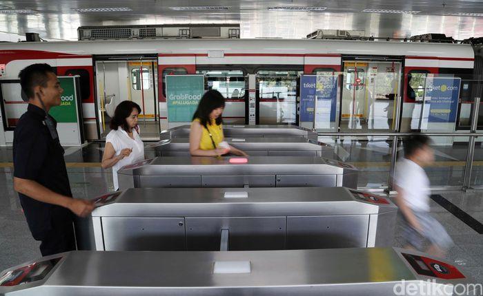 Setelah sebulan diuji coba secara gratis, LRT Jakarta mencatat telah membawa penumpang sebanyak 211 ribu penumpang.