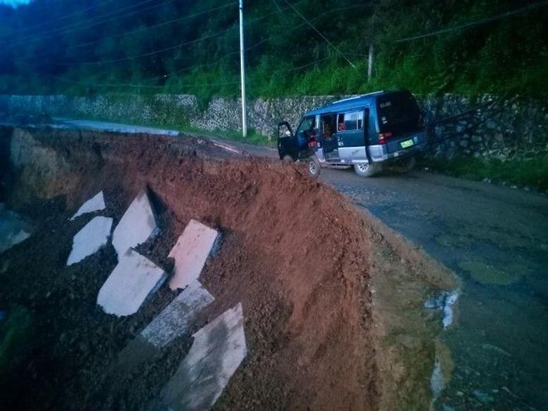 Mobil terjebak di jalanan longsor. Foto: Autoindustriya