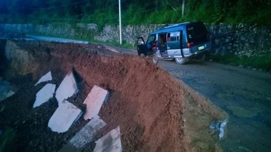 Ngeri Banget! Mobil Terjebak Jalanan Longsor dan Hampir Jatuh