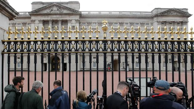 Members of the media gather at the gates of Buckingham Palace in London on May 6, 2019, following the announcement that Britain's Meghan, Duchess of Sussex has given birth to a son. - Meghan Markle, the Duchess of Sussex, gave birth on Monday to a