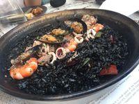 Beras Bomba dari Valencia Diolah Jadi Black Paella yang Gurih Enak