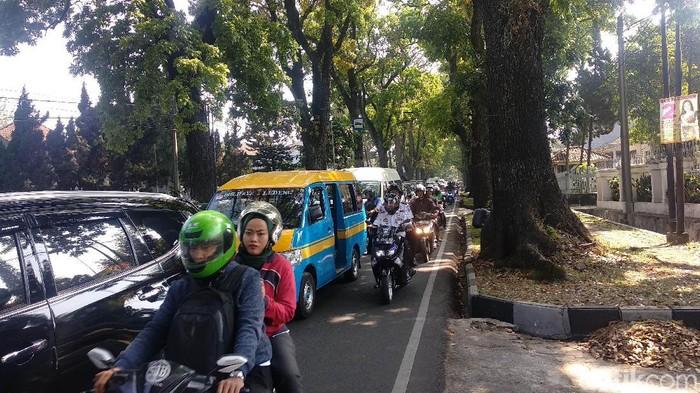 Uji coba hari pertama rekayasa jalan di Bandung menyebabkan kemacetan. (Foto: Mochamad Solehudin/detikcom)