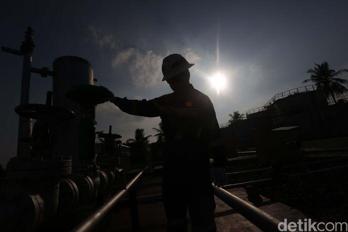 Pekerja memeriksa fasilitas stasiun pengumpul 5 di Pertamina EP Asset 1 Rantau Field, Aceh Taminang, Aceh, Rabu (10/7/2019).