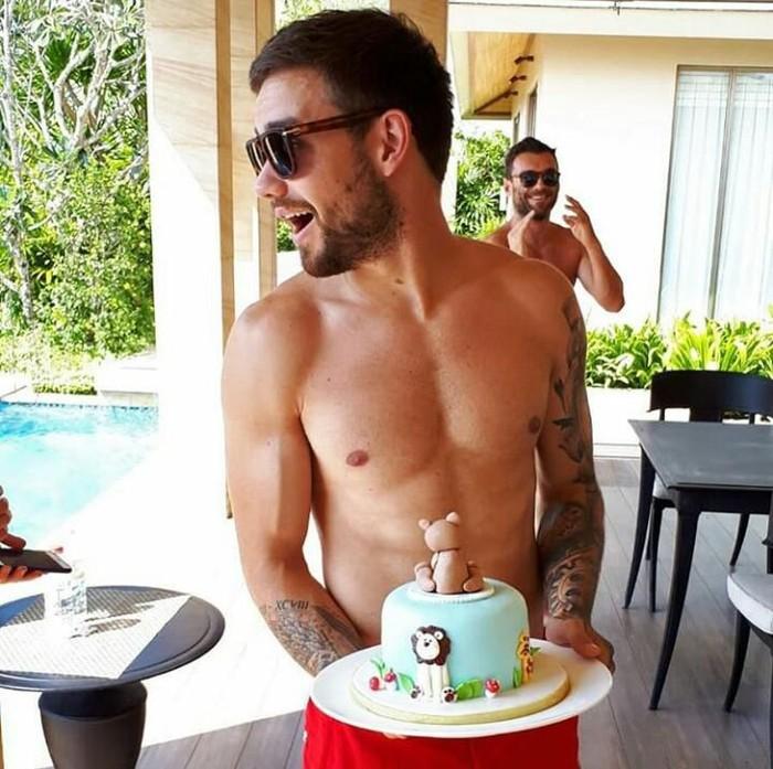 Liam Payne merupakan member ex One Direction yang dikenal paling seksi. Saat foto bersama kue ulang tahun saja Liam berpose shirtless. Foto: Istimewa