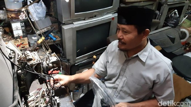 Bisnis Reparasi Tv Jadul Masih Eksis di Tengah Perkembangan Digital