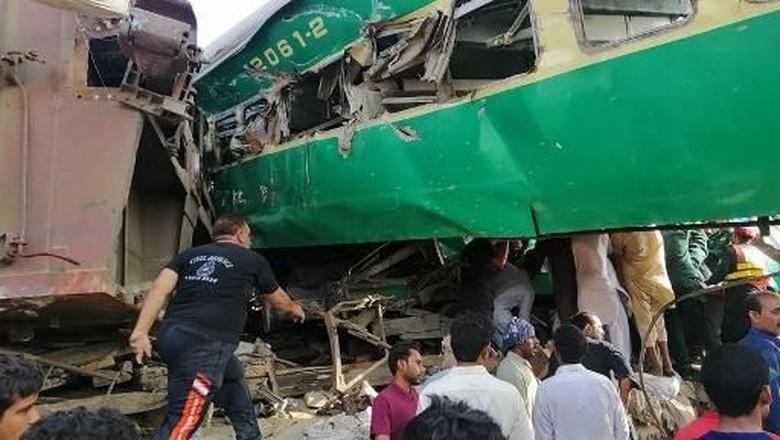Begini Parahnya Tabrakan Kereta di Pakistan