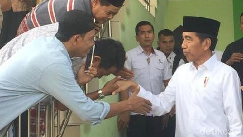Sambangi Kawasan Senen, Jokowi Salat Jumat di Masjid At-Taufiq