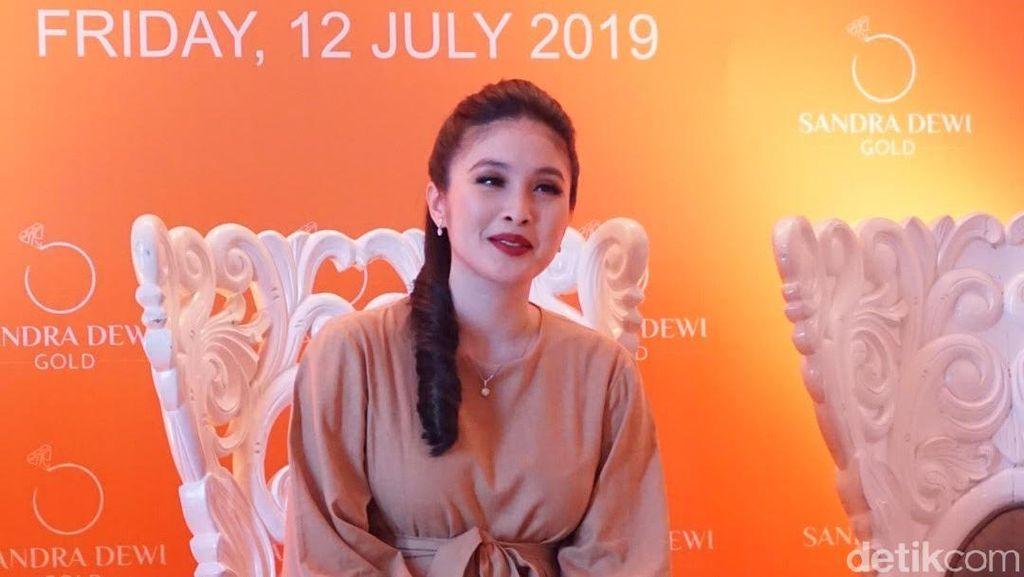 Bawaan Hamil Kedua, Sandra Dewi Rilis Koleksi Perhiasan Emas