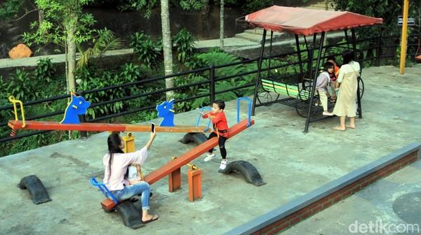 Di sini ada juga taman bermain khusus buat anak-anak. Traveler yang sudah berkeluarga pasti senang sekali main di tempat ini. (Wisma Putra/detikcom)