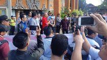 Protes Eksekusi Lelang Hotel di Kuta, Massa Demo di PN Denpasar