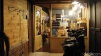 Saat ditemui di bengkelnya yang berada di Jalan Gunung Tampomas, Kelurahan Pasirkaliki, Kecamatan Cimahi Utara, Kota Cimahi, Wardi mengatakan radio dan barang estetik lain yang diolahnya itu berasal dari keinginannya untuk membuat kerajinan dengan bahan yang murah tetapi miliki punya nilai yang tinggi.