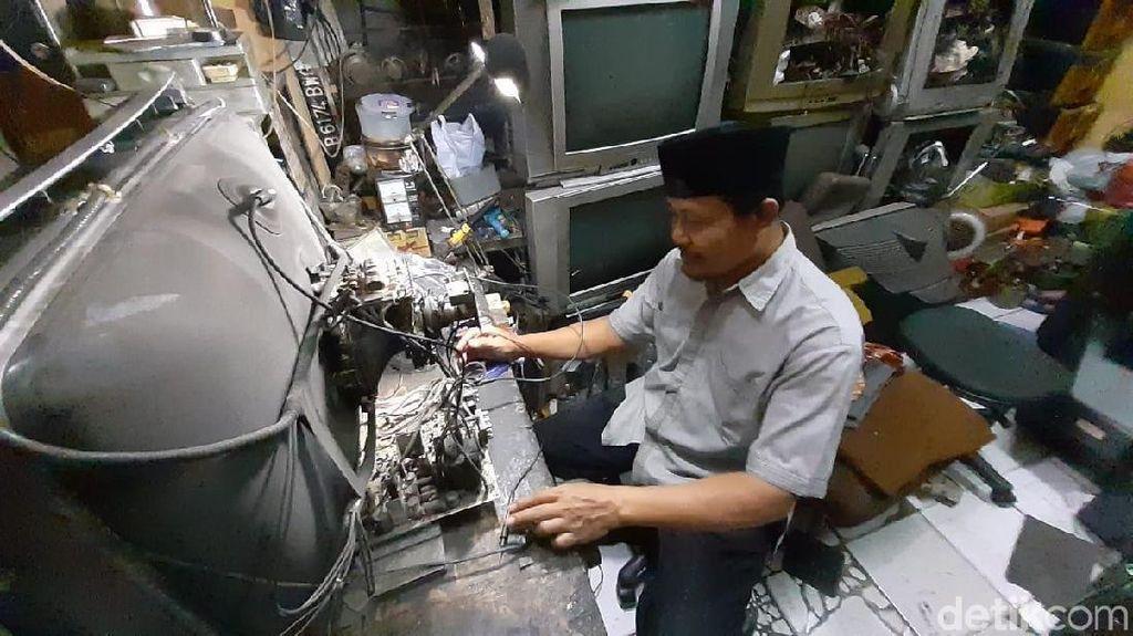 Rela Bertahan di Bisnis TV dan Radio Jadul, Berapa Sih Omzetnya?