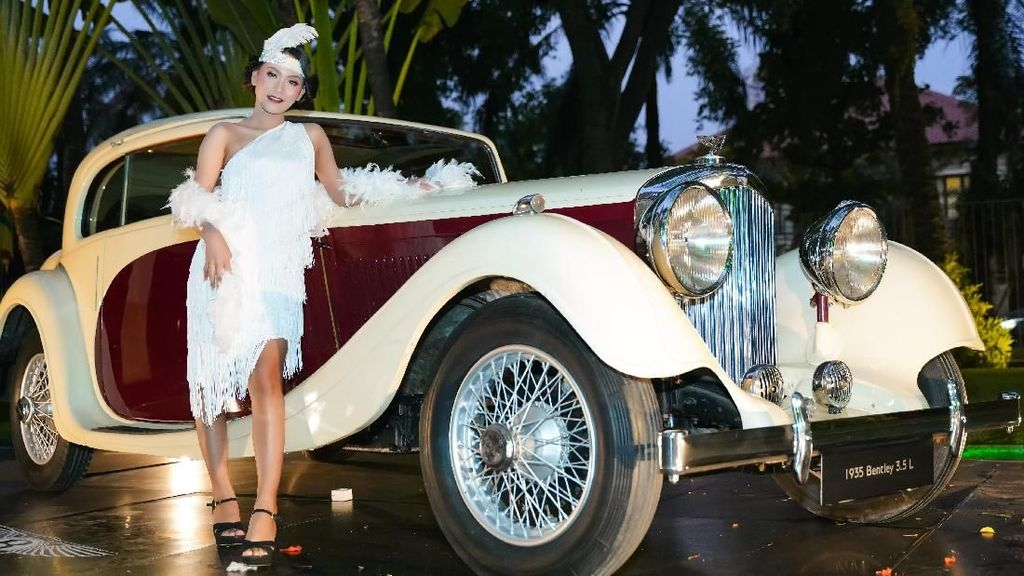 Gadis Cantik dan Mobil Klasik