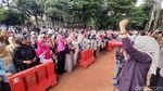 Potret Aksi Emak-emak Tolak Rekonsiliasi di Depan Rumah Prabowo