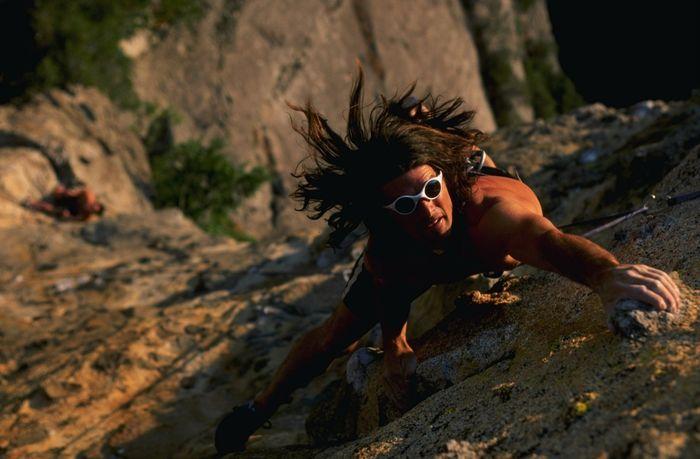 Panjat tebing merupakan olahraga ekstrem yang membutuhkan kekuatan tangan. Mike Powell/Allsport/ Getty Images.