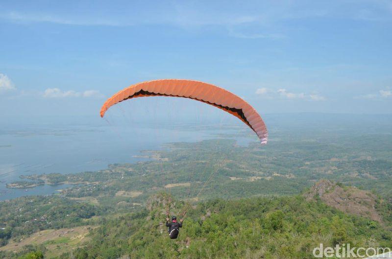 Bukit Joglo, Desa Sendang, Kecamatan Wonogiri punya pemandangan cantik yang bisa dilihat dari udara. Caranya dengan mencoba gantole dan paralayang (Aris/detikcom)