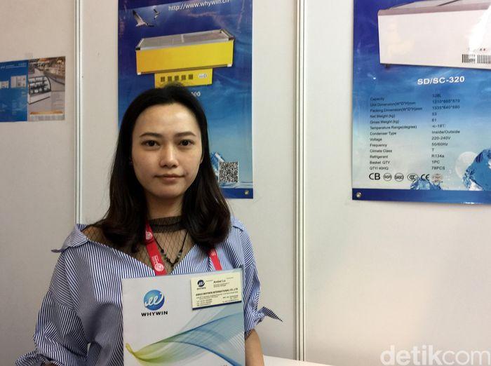 Amber Lu, wanita cantik yang dipercayai Anhui Whywin International Co. Ltd untuk memasarkan mesin pendingin atau kulkas yang biasa digunakan untuk retail produksi perusahaan ini.