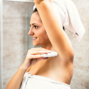 Kata Dokter Malam Hari Waktu Paling Tepat Pakai Deodoran, Ini Alasannya
