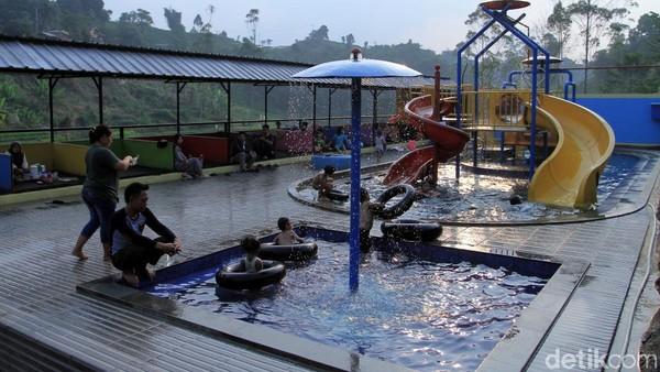 Ada juga kolam renang yang asyik buat anak-anak. Bisa main air sampai puas! (Wisma Putra/detikcom)