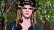 Foto: Deretan Makeup dan Baju Unik Valentino di Paris Fashion Week