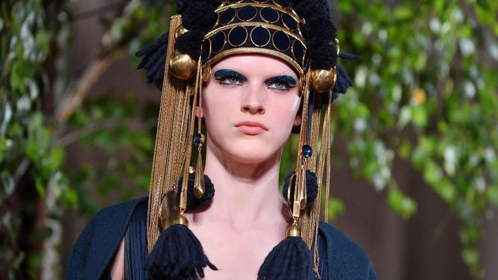 Foto: Deretan Makeup dan Baju Unik Valentino di Paris Fashion Week