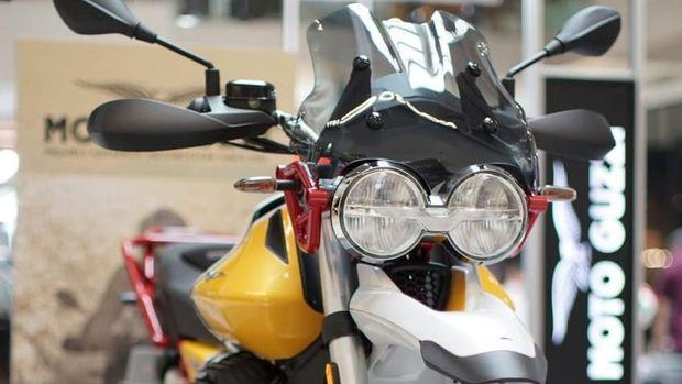 PT Piaggio Indonesia menampilkan seri terbaru dari Moto Guzzi, Moto Guzzi V85TT. Motor ini memadukan gaya klasik dunia off-road dengan elemen teknologi canggih.