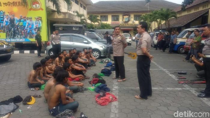 Polresta Yogyakarta amankan puluhan Bonek bersajam. Foto: Usman Hadi/detikcom