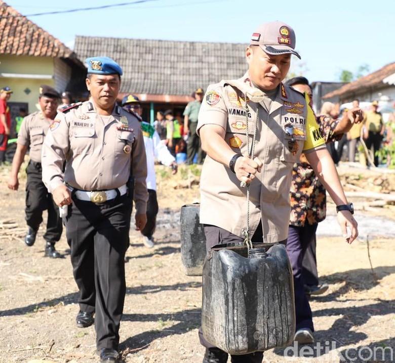 Kekeringan Landa Lima Desa di Tuban, Polisi Distribusi Air Bersih