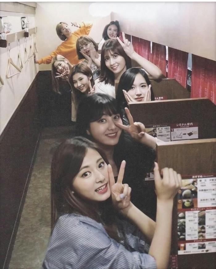 Mina merupakan anggota dari girlban kpop bernama Twice. Dilihat dari instagramnya, ternyata Mina senang kulineran bareng temannya. Ini momen Mina ketika makan Ichiran Ramen bersama teman. Foto: Instagram @minajype
