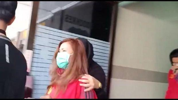 Rey Utami usai menjalni cek kesehatan di Polda Metro Jaya.
