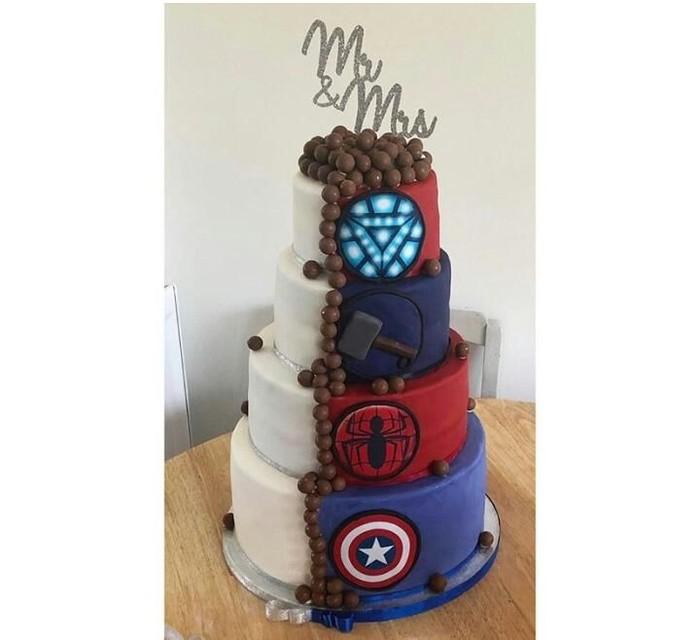 Dengan empat tingkat, kue pernikahan ini memiliki logo di masing-masing tingkatannya. Lengkap dengan bola-bola cokelat yang menjuntai dari atas hingga bawah. Foto: Istimewa