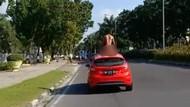 Selain Naik Kap Mobil, Pria Telanjang di Riau Mau Loncat dari Tower