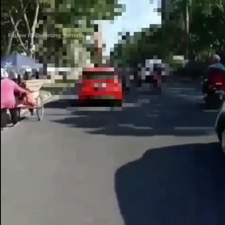Viral Pria Telanjang Naik Kap Mobil, Begini Cerita di Baliknya
